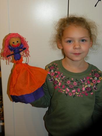 Ania z kl. I ze swoją kukiełką.JPG